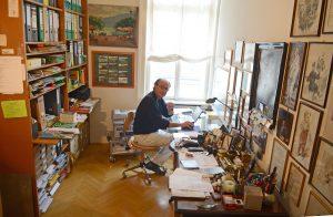 Miguel Herz Kestranek mit PC und Wand in seinem Arbeitszimmer / zu Hause in Wien im 1. Bezirk / exklusiv / Foto: Barbara Volkmer